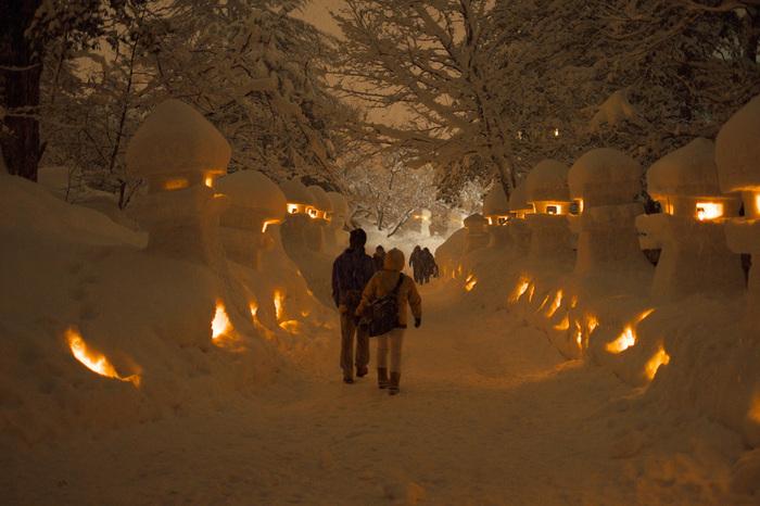 上杉雪灯篭まつりは、山形県米沢市に鎮座している上杉神社とその周辺で開催される冬の祭典です。一面銀世界になった雪化粧した神社境内には約300基の雪灯篭がずらりと並び、約1000個の雪ぼんぼりの中からはロウソクの柔らかな光が揺らめいています。