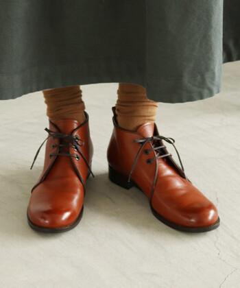 キャメルカラーのチャッカブーツに、同系色のソックスをさらりと合わせグラデーションを。ブーツと靴下に統一感を出すことで、下半身をすっきりと見せる効果も!