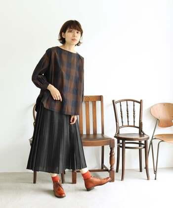 プリーツスカートやブラウスのガーリーな着こなしに、チャッカブーツで辛口スパイスを。かわいくなりすぎない大人の着こなしに。