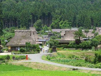 京都府のほぼ真ん中にある美山町。その「かやぶきの里」には、昔ながらのかやぶき屋根の古民家が39棟も残っていて、国の重要伝統的建造物群保存地区に選定されています。 昔話に出てきそうな風景は、ノスタルジックな気持ちにさせてくれそうですね。