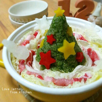 「クリスマスだからって特別なディナーを用意するのはちょっと大変…」という忙しいご家庭にオススメなのが、こちらのアイデア。  緑の大根おろしに何が入っているか、気になりますよね。・・・正解は「青のり」。だからお味も安心です。  こんなお鍋が用意されていたら、子どもたちもいつもと違うクリスマスに大はしゃぎしてくれることでしょう♪