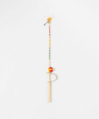 三重県松阪市の郷土玩具で、厄を「はじきさる」と言われている厄落としの縁起物の「さるはじき」。先端に飾り羽根が付けられた、あたたかみのある竹製の玩具です。