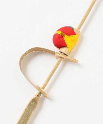 竹軸の下についている竹弓をはじくと、猿の人形が上にはね上がる仕掛けの玩具は、子どもだけでなく大人もつい遊んでしまいそう。お守りやお土産に今でも人気があります。