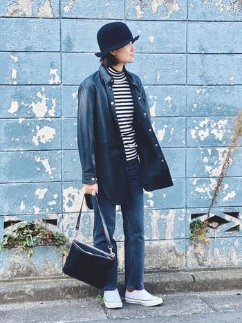無骨な雰囲気が出やすいブラックのレザージャケット。ポップなボーダーシャツと個性的なハットで、遊び心のあるパリっ子のようなカジュアルコーデです。