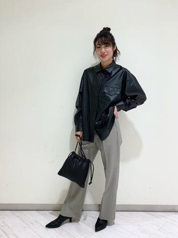 メンズ感のあるジャケットにフレアパンツとヒールパンプスで、足元から女性らしさをプラスさせたスタイル。レザーのクールさを残したモードな着こなしは、旬な表情満載です。
