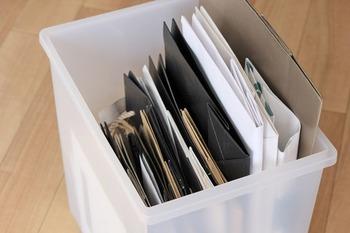 多すぎる紙袋は、使い切らずに場所を取ってしまうだけです。暮らしに必要な紙袋の量以上には溜め込まないようにしましょう。適量は「見える化」で把握するのがおすすめです。これ以上溜まったら処分するという目安を決めることが大切です。