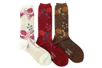 オリエンタルな花柄が大人っぽいウールソックス。華やかだけど、甘すぎず、クールな雰囲気。この靴下を起点に着こなしを考えるのも楽しそう。あなたならどうスタイリングしますか?