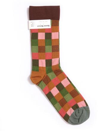 温かみのある個性豊かな色が織りなすブロック柄が魅力的!カラータイツと重ねた着こなしも素敵ですよ。