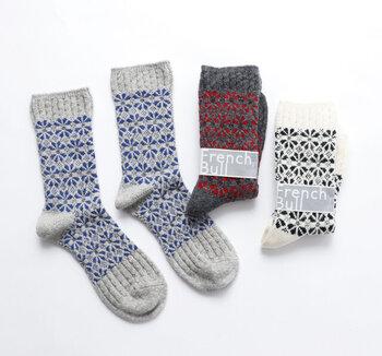幾何学的に並ぶマーガレット柄が素敵なウールソックス。柄部分はジャカード柄ですが、つま先や履き口はケーブル編みになっていて、とても凝った作り。ざっくり系の冬のセーターのような魅力がいっぱい詰まっています。