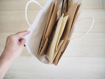 いつかきっと使うから…。捨てられない!魅惑の「紙袋」収納アイデア
