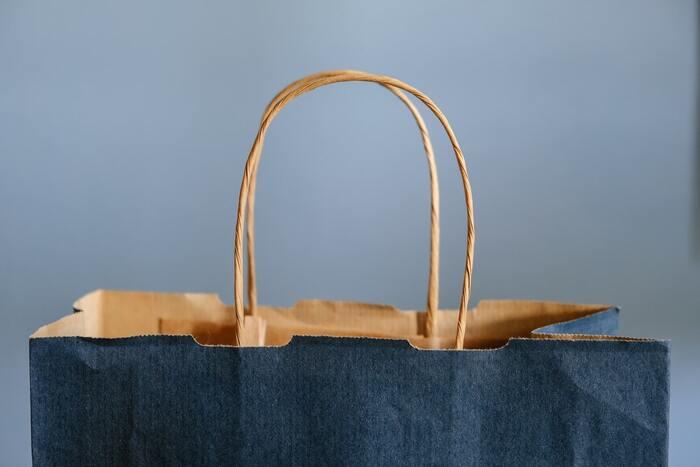 使うと持ち手がくたびれてしまうビニール袋と違って、紙袋は一度使ったくらいではくたびれた感じはしません。お店で貰ったときとあまり変わらないキレイな紙袋だと、もったいなくて捨てづらいですよね。