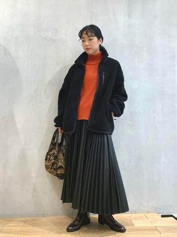 レザーのプリーツスカートは、重たさを感じにくいデザインなので、レザーに慣れていない方にも比較的取り入れやすいアイテムです。ボアブルゾンとの異素材の組み合わせ方も◎