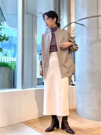 タイトスカートにレザーのジャケットを合わせたIラインシルエットで、今っぽい着こなしに。インナーのパープルも全体のトーンとマッチしているので、バランス良く決まっていますね。