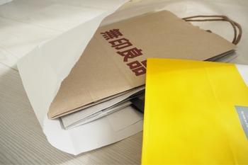 紙袋を出す時、他の紙袋が一緒に出て来てしまって困った経験はありませんか?それは下にあるマチに他の紙袋が引っかかって、飛び出してしまったのかもしれません。そんなプチストレスを解消するには、マチを下にしないで収納するのがおすすめです。マチの深さも分かって紙袋が選びやすいですよ。
