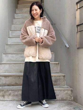 ロング丈のフレアスカートは、レザーの重たさが出やすいので、明るいトップスを合わせると軽やかさがプラスされ爽やかなカジュアルコーデに仕上がります。