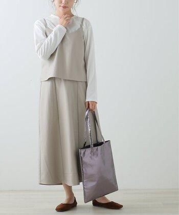 キャミとスカートのセットアップスタイル。明るいカラーで、レザーでも爽やかなコーデにまとまっています。普段とは一味違うレザーの素材感をさりげなく取り入れていて素敵ですね。