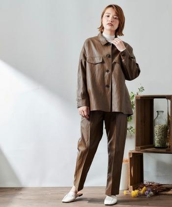 ジャケット+パンツの定番セットアップも、レザーに変えるだけでこんなにも印象を変え、個性的な着こなしに。高級感のある光沢がスタイリッシュに魅せてくれていますね。
