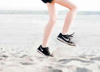 まず健康面を挙げると、ナッツは高血圧や生活習慣病などの予防にとても効果的とされています。中でもくるみは、コレステロール値や中性脂肪値を下げるなど、肥満リスクの低下が期待できます。