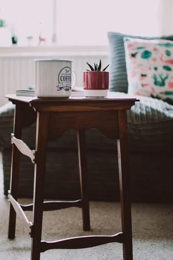 賃貸のお部屋で壁を傷付けたくない場合は、スツールが便利です。小物を並べるだけで、あっという間におしゃれなインテリアになります。棚と違って動かしやすいという魅力も。