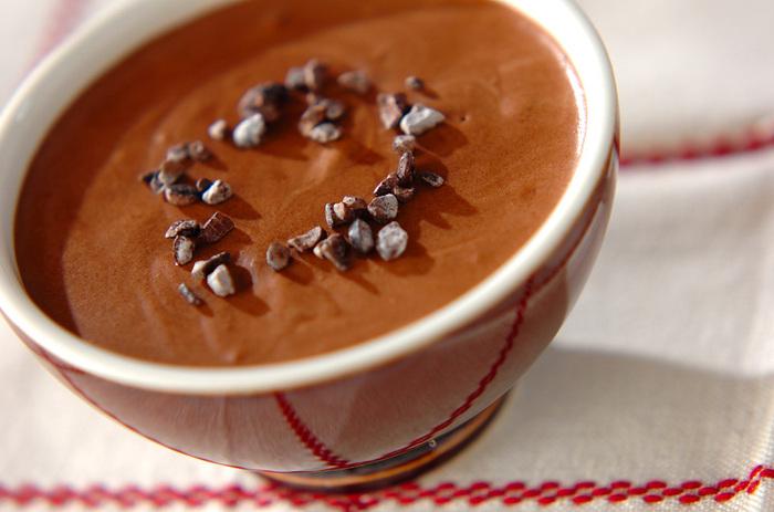 牛乳の代わりに豆乳を使った、優しい味わいのチョコムース。卵白をしっかり泡立ててメレンゲをつくるのが、おいしさ&フワフワ食感のポイントです。