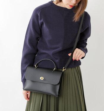 ハンドバッグとショルダーバッグの、2wayの持ち方で使えます。 その日の気分やスタイリングに合わせて使い分けることができますね。