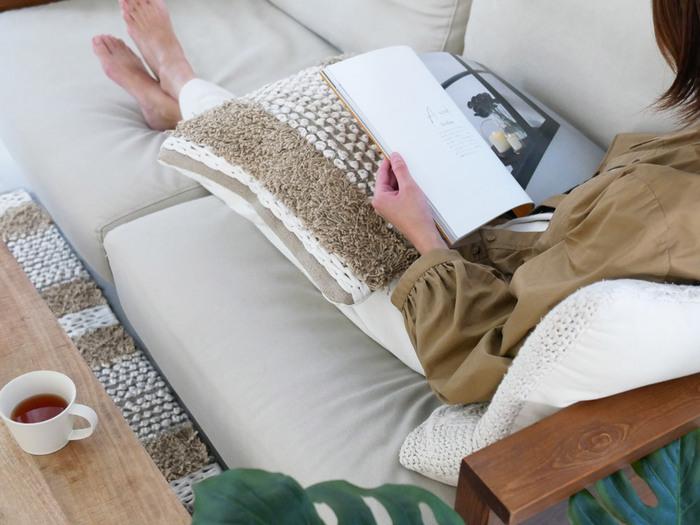 クッションカバーも冬仕様に模様替え。ひざの上などに置いて、実際に触れることでぬくぬく感が伝わります。 もちろん、置いておくだけでも温かみも感じるアイテム。思わず触ってみたくなるようなふわふな素材感を選びたいですね。