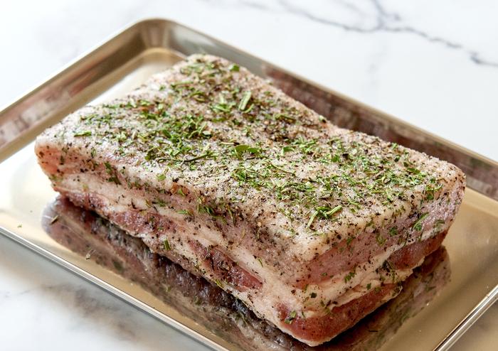 ハーブソルトは肉や魚、野菜と色々な食材にマッチします。塊肉を豪快に焼くと豪華なメインに◎炒め物や蒸した野菜にぱらりとかけても美味しいです。サラダにかけてさっぱり頂くのもgood!