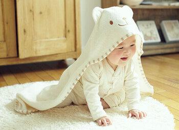"""赤ちゃんを抱っこしたり寝かしたりする時に使われるアフガン(おくるみ)。 「PRISTINE(プリスティン)」の""""くまアフガン""""は、くまさんのフードがとってもかわいらしいアイテム。  吸水性のよい生地を使用しているので、おくるみとしてはもちろん、バスタオルにも使えます◎お子さまが大きくなっても活用できるのが嬉しいですね。"""