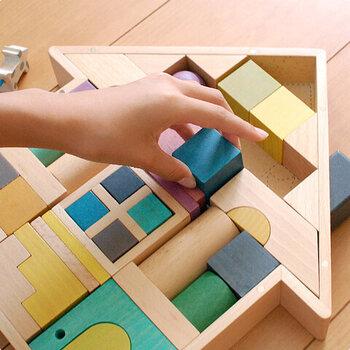 またツミキとして遊ぶのはもちろん、おうち型のケースに仕舞う際、パズルとしても楽しめるようになっています。 遊びを通してお片付けも覚えられる、天然素材のツミキです♪