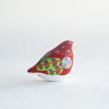 そのため、他に類を見ないほど鮮やかな色彩や、ポップな装飾文様に、躍動感を感じる生き生きとした姿など、現代の洋風のインテリアにもうまくマッチし、今では宮島を代表する郷土玩具として親しまれています。