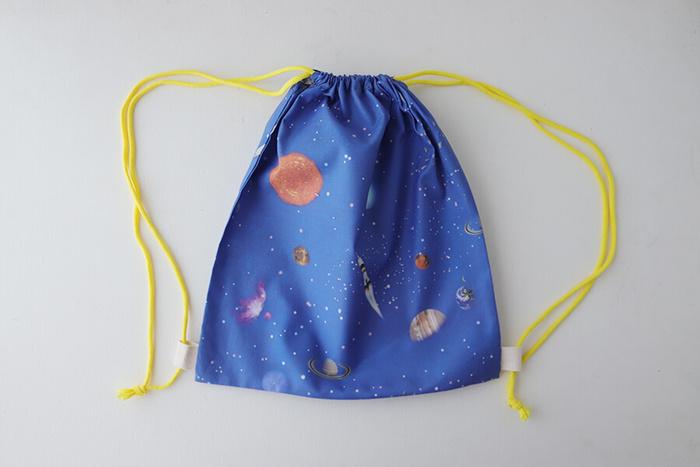 お稽古ごとや体操着入れとして重宝するナップサック。リュックサックより軽いし、かばんの中に入れることもできて便利です。基本は巾着の作り方なので、意外と簡単に作れちゃいます。