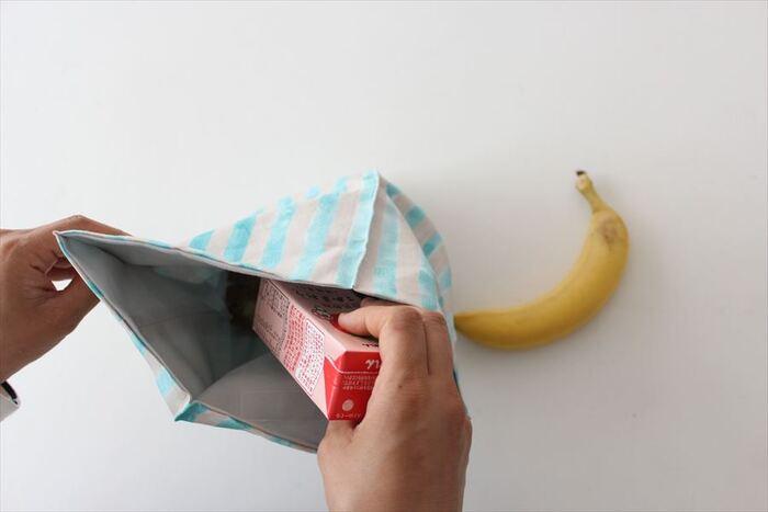 深さを選ばないので、紙パックのジュースも立てて入れることができます。マジックテープで袋の口をとめる作りなので、中身がいつの間にか飛び出していた…なんていう心配はありませんね。
