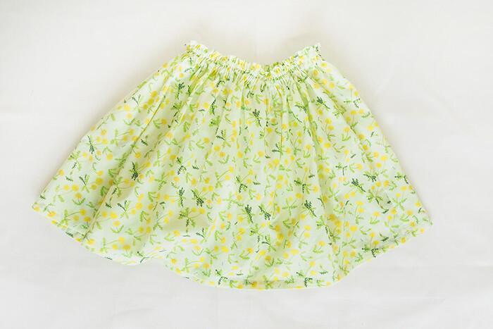 面倒な型紙不要、1mの布で作れる直線裁ちのギャザースカート。ウエストは、細いゴムひもを2本使うことで肌あたり柔らかに。