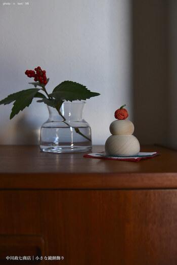 まずは、主役をそろえましょう。お正月飾りと言えば、やっぱり鏡餅!中川政七商店の小さな鏡餅飾りは、白木製でどんなインテリアにも自然と馴染みます。サイズもコンパクトなので、限られたスペースにもぴったりフィット。