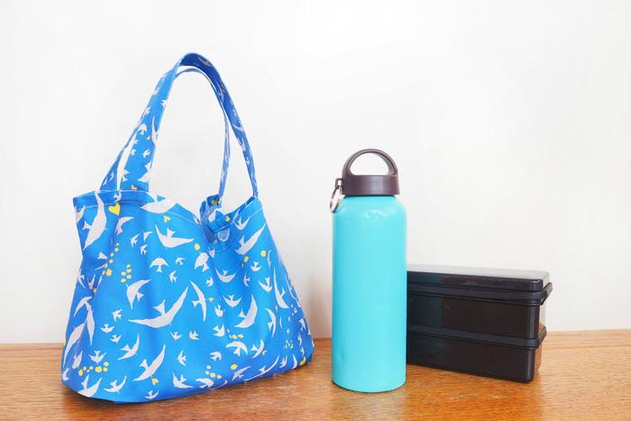 30分で完成する、簡単ミニトートバッグ。上下のない総柄の布を使えば、わずか3つのパーツで作れます。小さめサイズなので、ランチバッグやちょっとしたお買い物に重宝します。
