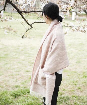 「LAPUAN KANKURIT(ラプアン カンクリ)」のポケット付きショールは、おうちで過ごす時間が増える、冬の季節に大活躍する大判のショールです。 お部屋での使用はもちろん、ちょっとしたお買い物やお散歩の際に、コート代わりにさらっと羽織れるのがポイント。