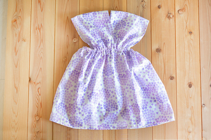 型紙不要でうれしい、直線縫いのみで作れるカシュクール風ワンピ。1mの布があれば、110cm~140cmの身長の子が着られるキュートなワンピースが作れちゃうんです!
