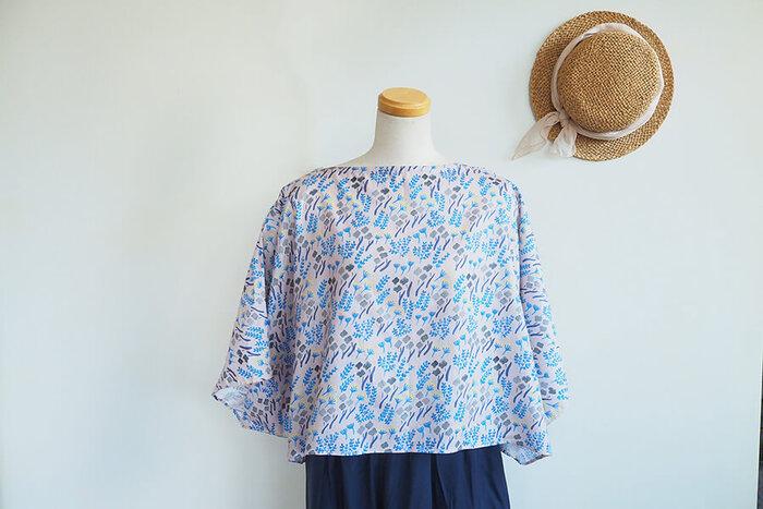 型紙不要、ちょうど1mの布でこんなに素敵なドルマンブラウスが作れちゃうんです。いろいろな柄の布で何枚も作りたくなりますね。