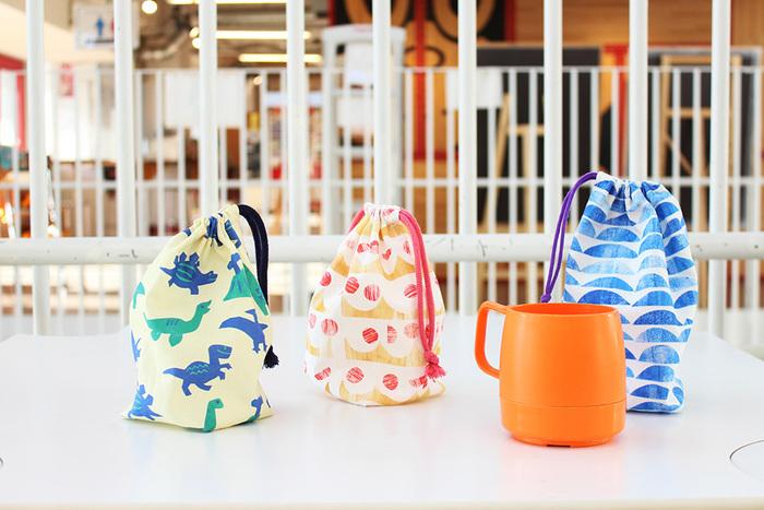 幼稚園や保育園に通うお子さんに作ってあげたいコップ袋。底つきでコップが出し入れしやすく、巾着袋の口は開け閉めしやすいように両ひもタイプになっています。