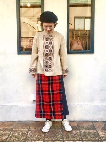 ベージュ×レッドの差し色は、安定感のある組み合わせ。スカートのほか、帽子や靴下など小物で取り入れるのもおすすめです。ベージュをあたたかい印象に見せてくれます。