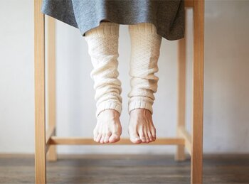 足元がどうしても冷えてしまう方はレッグウォーマーをプラスしても良いですね。カシミア100%のアラン編みは見た目もとってもあたたかそう。