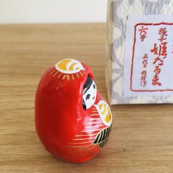 愛媛県で昔から、子どもの成長や幸せを願う福だるまとして愛されている郷土玩具「姫だるま」。姫だるまのモデルは「神功皇后」という方で、神功皇后が道後温泉に浸かり、ご懐妊されたことから、お腹に子供を宿した姿になっているそうです。