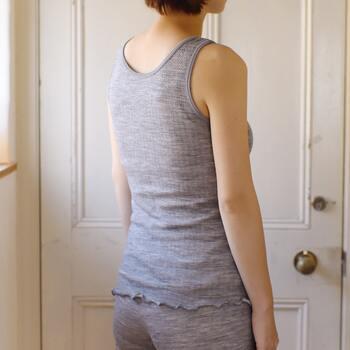 寝ている間の汗や暑さはその日の気温や体調にも左右されますよね。そんな時は、インナーや小物でこまめに調節するのも良い方法です。 こちらはシルクの肌触りとウールのあたたかさ、2つの良い点をドッキングさせたタンクトップです。年間を通して着ることができるので季節の変わり目などにも重宝しそうですね。