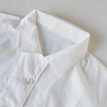こちらは、オーガニックコットン100%でしっとりとしたなめらかさが気持ちいいパジャマです。無地でとてもシンプルなかたちですが、ボタンは貝ボタンを使っていて上品なきちんと感が漂っています。