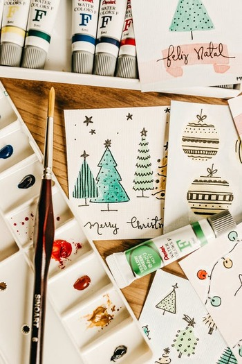 まずはホリデーシーズンになると同時に、少しずつクリスマスカードやプレゼントの準備が始まります。24日に間に合うよう、それぞれ念入りに用意するのがフィンランド流。  ちなみに、寒いフィンランドでの定番プレゼントはニット帽や靴下など。男女問わず、購入したものを自身で熱心にラッピングするのが当たり前なんだとか。