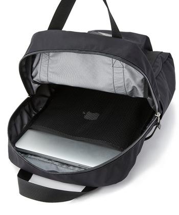 開口部が広く、出し入れがしやすいのも高ポイントです。雨に絶対濡らしたくないパソコンを持ち歩くのにもおすすめ。持ち手がぐるりと底まで回っているから、丈夫で安心です。