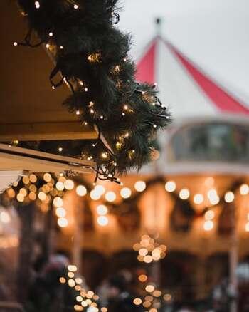 現地では、大聖堂前の至る所でクリスマスマーケットが開催されています。温かみのある手作りのクリスマスオーナメントや雑貨、お惣菜、地元の肉や魚などを販売するお店が何店舗も並び、時にはサンタクロースがやってくることも! 幻想的にライトアップされたフィンランドの街に、ぜひ1度足を運んでみたくなりますね。