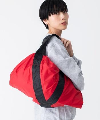 トートバッグにもなるので、一回り小さなバッグならすっぽり入れてカバーできます。お出かけ先のサブバッグとしても使い回しが効きますね。