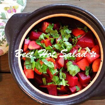 「ロソッリ」と呼ばれるこちらは、ビーツ、ジャガイモ、人参、きゅうり、ピクルスなどの食材を細かく刻んだサラダです。ボリュームのある野菜に、ビーツでピンク色に染めたクリームをのせていただきます。 ビーツにあまり馴染みのない家庭では、ジャガイモを多めに使ってポテトサラダ風に仕上げるのも◎