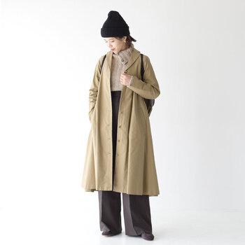 黒のニット帽に、ベージュのコートを合わせたスタイリッシュなコーディネートです。ハイネックニットにワイドパンツを合わせた着こなしですが、センタ―プレス入りのパンツを選ぶことで、コートとの相性も抜群。きちんと感を演出できるニット帽コーデに仕上げています。
